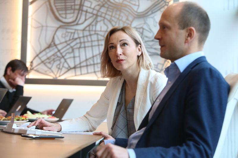"""Jūratė Cvilikienė, """"Swedbank"""" Finansų instituto vadovė ir Nerijus Mačiulis, """"Swedbank"""" vyriausiasis ekonomistas. Vladimiro Ivanovo (VŽ) nuotr."""