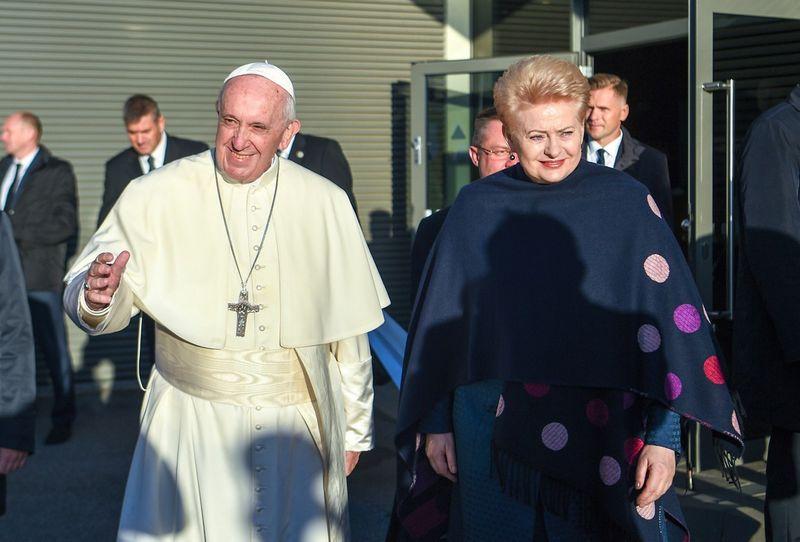 Prezidentė Dalia Grybauskaitė išlydėjo popiežių Pranciškų iš Lietuvos. Prezidentūros nuotr.