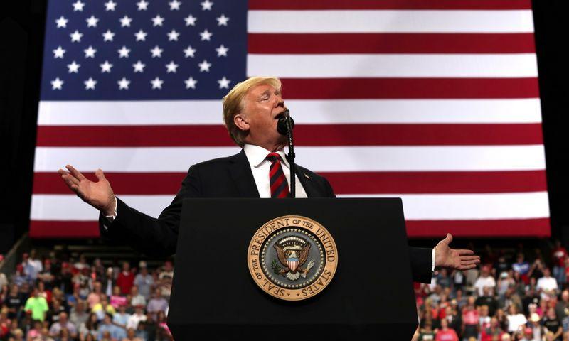 """Trumpo reitingai yra žemiausi nei bet kurio kito prezidento per dešimtmečius. Mike'o Segaro (""""Reuters"""" / """"Scanpix"""") nuotr."""
