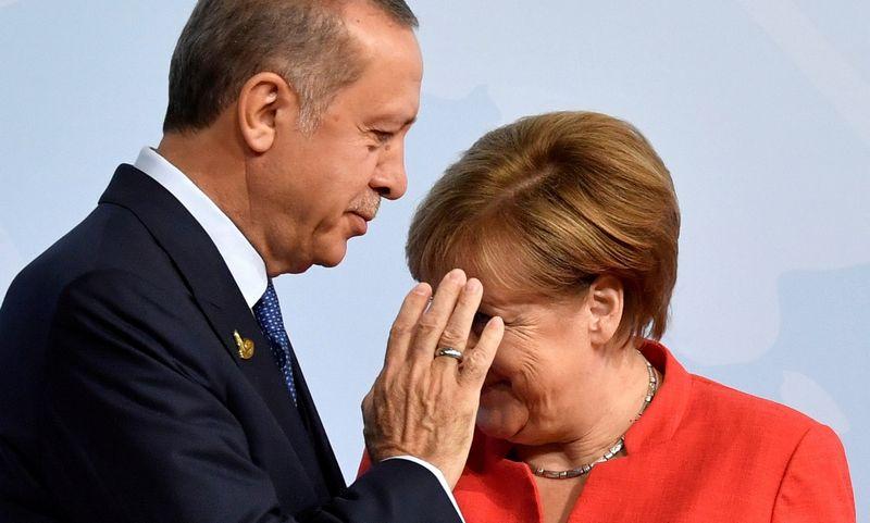 """Turkijos prezidentas Recepas Tayyipas Erdoganas ir Vokietijos kanclerė Angela Merkel. Johno Macdougalo (""""Reuters""""/ """"Scanpix"""") nuotr."""