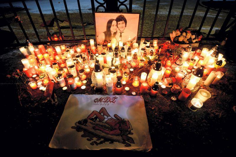 Žurnalisto Jano Kuciako ir jo sužadėtinės portretas bei gedulo ir protesto žvakutės prie Slovakijos Vyriausybės. Radovano Stoklasa (Reuters / Scanpix) nuotr.