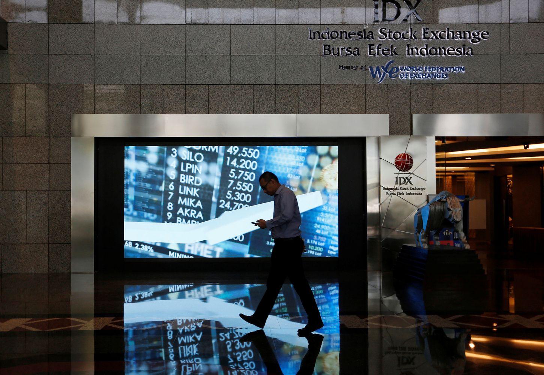 Stocks Drop; Euro Falls on Italy Budget Worries: Markets Wrap