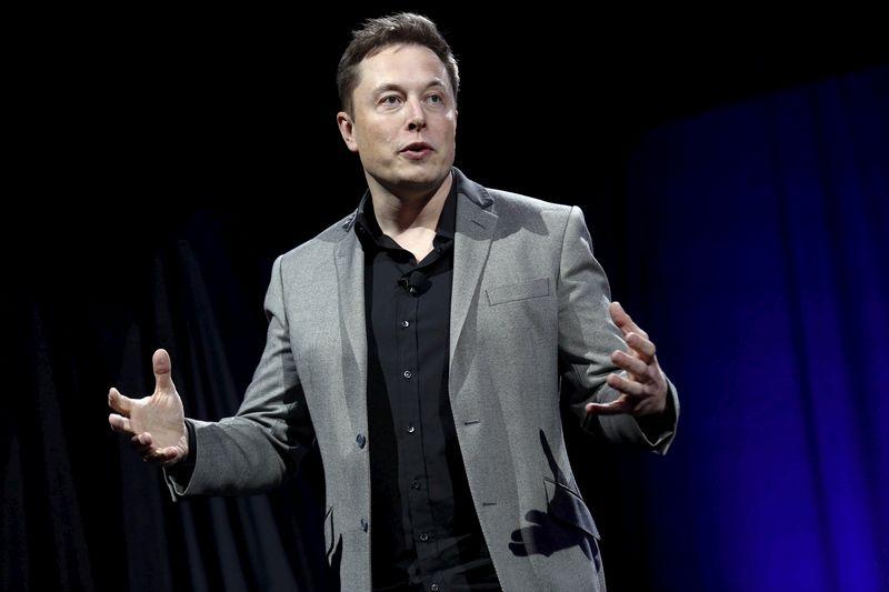 """Elonas Muskas, """"Tesla"""" vykdomasis direktorius, SEC kaltinimus vadina nepagrįstais ir teigia veikęs akcininkų interesais.  Patrick T. Fallon (""""Reuters"""" / """"Scanpix"""") nuotr."""