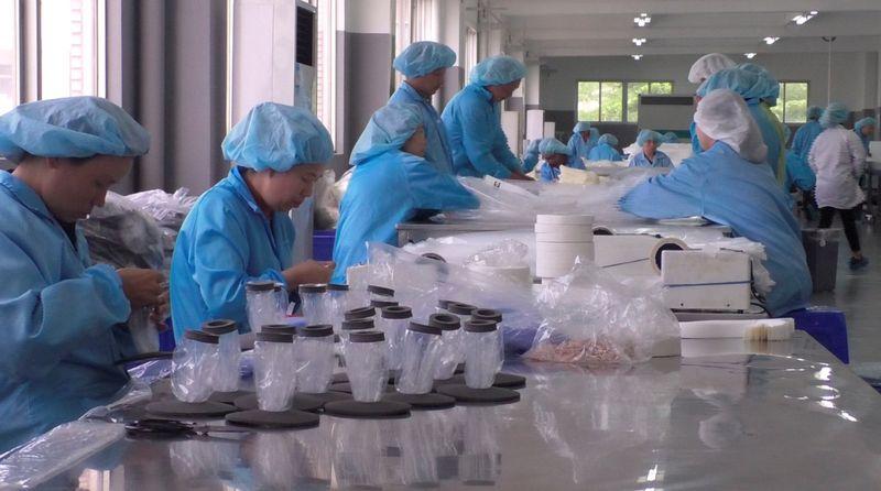 """Kinijos darbuotojai. Samantha Vadas (""""Reuters"""" / """"Scanpix"""") nuotr."""
