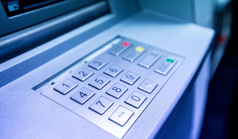Bankų rezultatai gerėja, klientai parkuoja indėlius