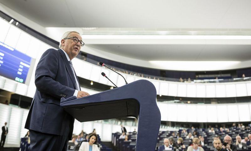 Jeanas Claude'as Junckeris patikino nepretenduosiąs į Komisijos vadovo kėdę antrąkart. AP nuotr.
