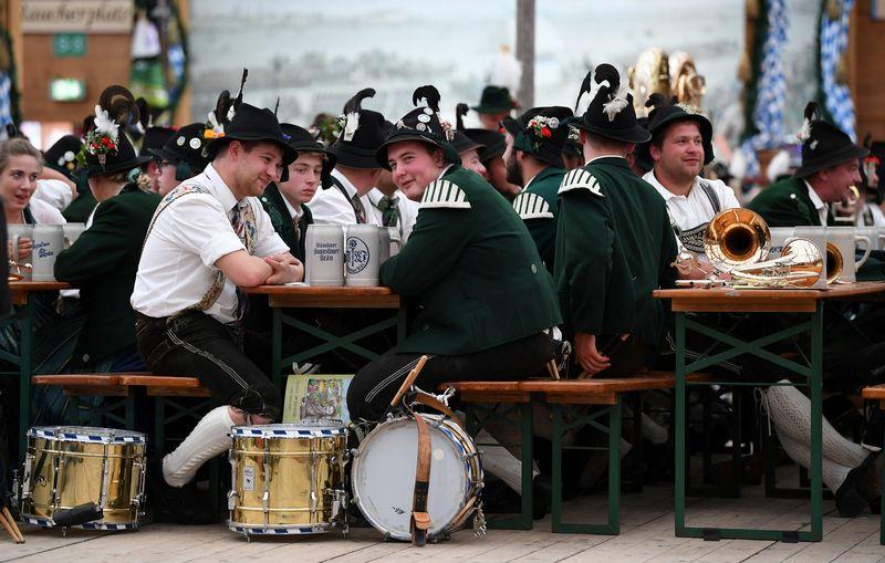 """Šiemet """"Oktoberfest"""" litrinis bokalas alaus kainuoja 10,7–11,5 Eur."""