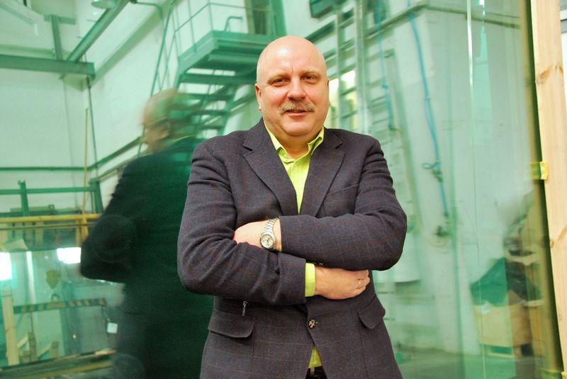 """Darbuotojų stoka statybos sektoriuje lėtina projektų įgyvendinimą ir trukdo augti pardavimams, įsitikinęs Rimantas Nemeikštis, stiklo apdirbimo UAB """"Stiklita"""" direktorius. Indrės Sesartės nuotr."""