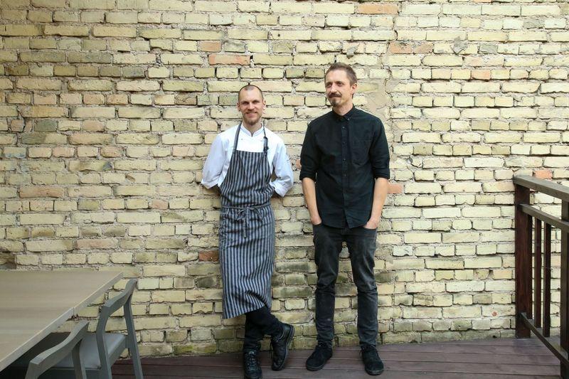 """Restorano """"Sweet Root"""" virtuvės šefas Justinas Misius (kairėje) ir bendrasavininkas Sigitas Žemaitis. Vladimiro Ivanovo (VŽ) nuotr."""
