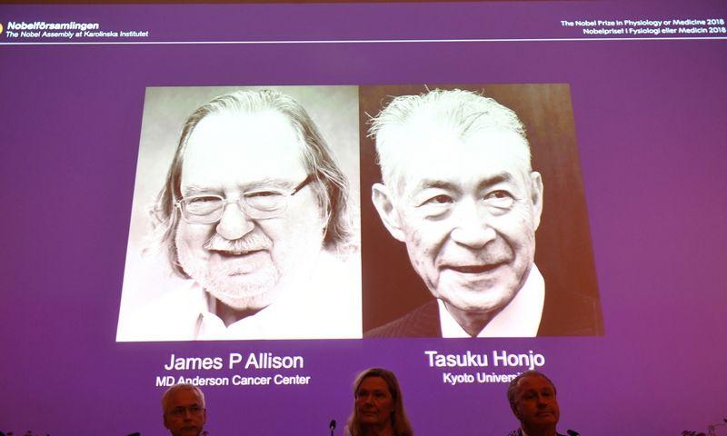"""Šiųmečiai Nobelio fiziologijos ir medicinos premijos laureatai prof. Jamesas P. Allisonas ir prof. Tasuku Honjo. Fredriko Sandbergo (""""Reuters"""" / """"Scanpix"""") nuotr."""
