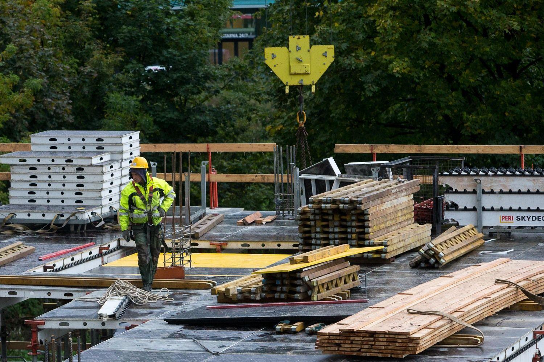"""Didžiausių statybos bendrovių atlyginimai: išsiskiria """"Fegda"""" ir """"YIT Kausta"""""""