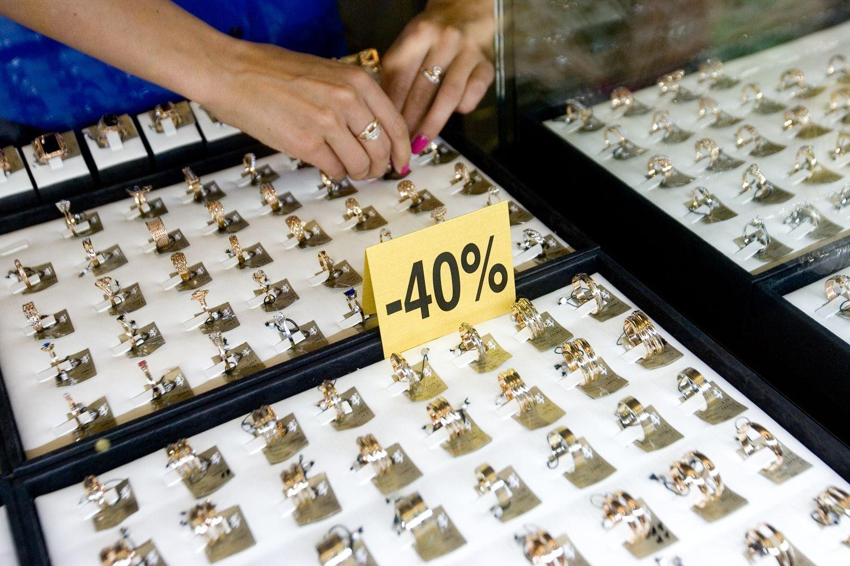 Auksas matuojasi žemesnį nei 1.200 USD lygį