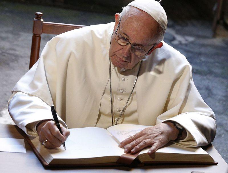 """Popiežius pasirašė Okupacijų ir laisvės kovų muziejaus atminimo knygoje. Grzegorz Galazka (""""Sipa"""" / """"Scanpix"""") nuotr."""