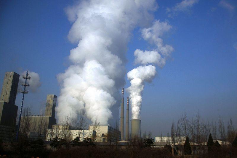 Anglimi kūrenama elektrinė Pekine. David Gray (Reuters / Scanpix) nuotr.