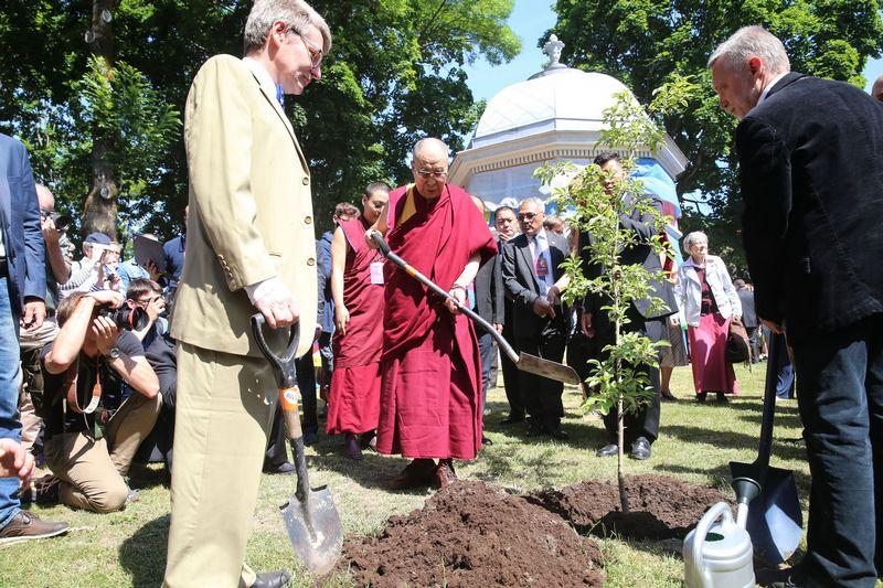 Dalai Lama pasakoja, kad mokykloje mes per daug susitelkiame į materialines gėrybes. Vladimiro Ivanovo (VŽ) nuotr.