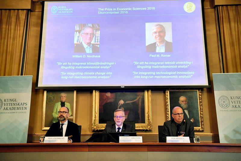 """Premija skirta  Williamui D. Nordhausui ir  Paului M. Romeriui. Henriko Montgomery (""""Reuters"""" / """"Scanpix"""") nuotr."""