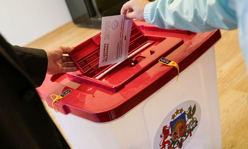 """Kaip niekad pasyviai – balsavo vos 54,6% rinkėjų – prie balsadėžių atėję rinkėjai į Latvijos parlamentą šiemet delegavo 7 partijų narius. Sergejaus Melknovo (""""Sputnink / """"Scanpx"""") nuotr."""