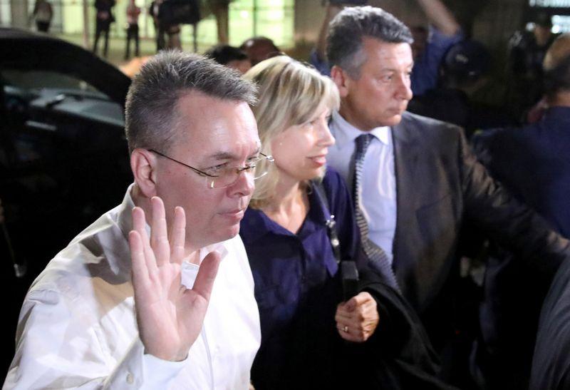 JAV pastorius Andrew Brunsonas su žmona Izmiro oro uoste. Reuters nuotr.
