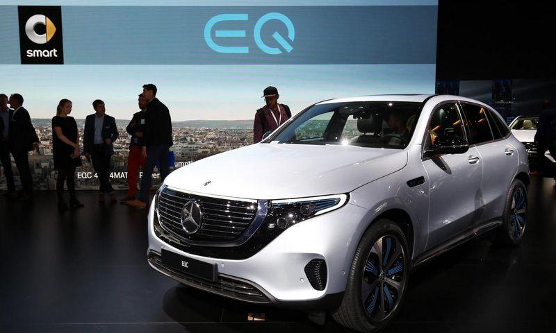 """Paryžiaus automobilių parodoje pristatomas elektromobilis """"Mercedes-Benz EQC"""" bus įkainotas nedaug brangiau už klasikinius markės modelius. """"Newspress"""" nuotr."""