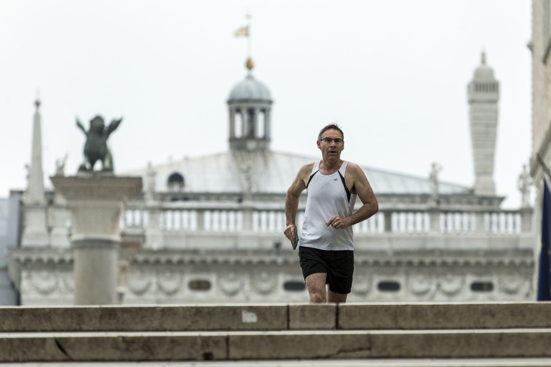 Bėgiojančių valdybos narių nuotraukos padėjo apsiginti nuo vietinėsVMI