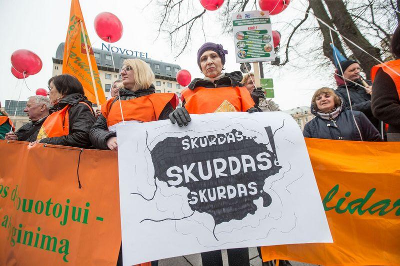2017 04 28. Profesinių sąjungų protesto akcija prie Vyriausybės. Juditos Grigelytės (VŽ) nuotr.