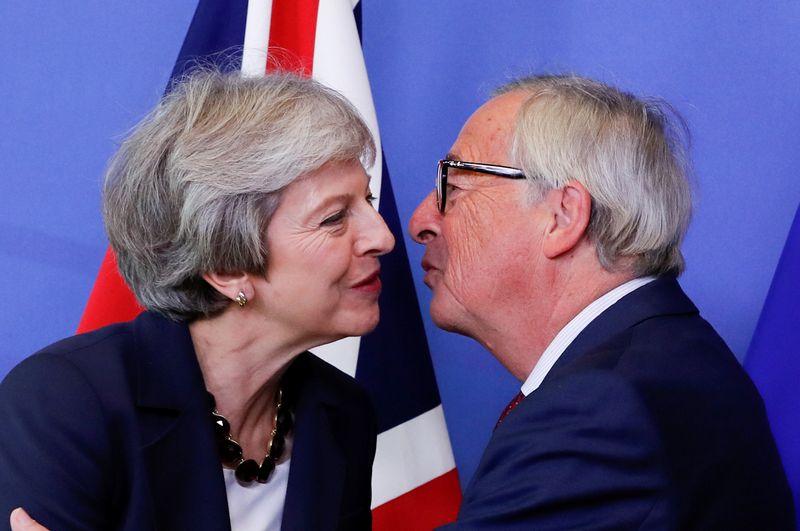"""Jk premjerė Theresa May ir Europos Komisijos pirmininkas Jeanas Claude'as Junckeris. Yveso Hermano (""""Reuters"""" / """"Scanpix"""") nuotr."""