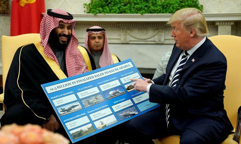 """Saudo Arabijos sosto įpėdinis princas Mohammedas bin Salmanas ir JAV prezidentas Donaldas Trumpas. Jonathano Ernsto (""""Reuters"""" / """"Scanpix"""") nuotr."""