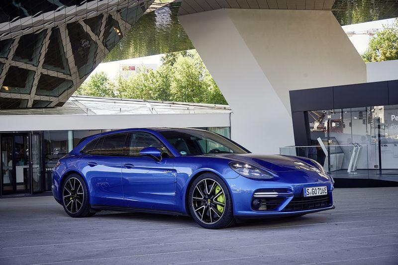 """Beprotiškai ilgas """"Porsche Panamera Turbo S E-Hybrid Sport Turismo"""" pavadinimas slepia techniškai sudėtingiausią istorijoje markės modelį. Gamintojo nuotr."""