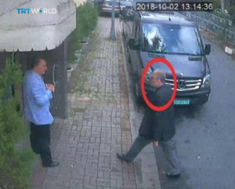 """Vaizdo kamerų įrašo nuotrauka akimirkos, kuomet Saudo Arabijos žurnalistas Jamalas Khashoggi įeina į šalies konsulatą Stambule.  """"Reuters"""" nuotr."""