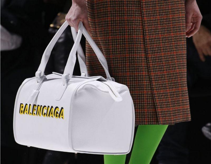 """""""Balenciaga"""" mados namams vadovaujantis dizaineris Demna Gvasalia garsėja pomėgiu kolekcijose atspindėti kasdienos kultūrą.  """"SIPA"""" / """"Scanpix"""" nuotr."""