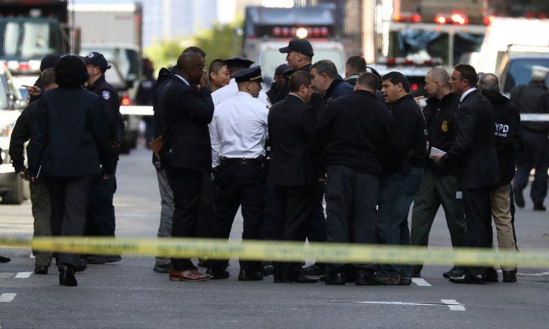 Policija šalia CNN pastato.  Kevino Coombso nuotr.