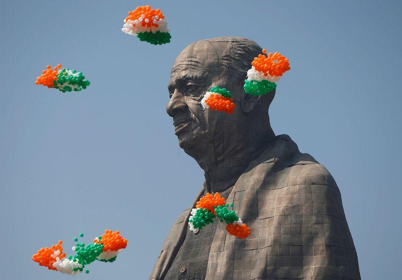 """InIndijoje atidengta aukščiausia pasaulyje statula politikui Sardarui Vallabhbhai Pateliui. Amito Dave'o (""""Reuters"""" / """"Scanpix"""") nuotr."""
