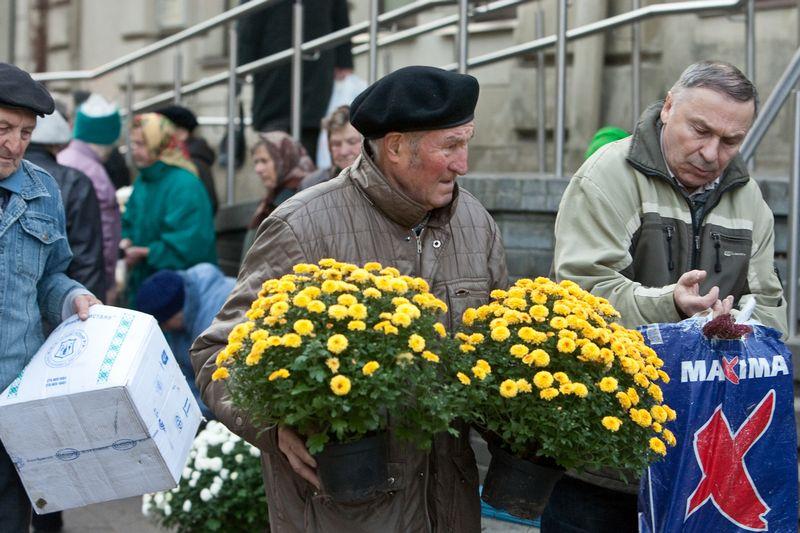 Vis daugiau pirkėjų per Vėlines kelionę artimųjų kapų link pradeda prekybos centruose. Herkaus Milaševičiaus nuotr.