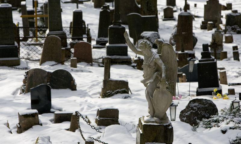 Pirmasis žingsnis - prisiminti, kad mirtis, kaip ir gimimas – natūralus procesas. Nuotraukoje - Bernardinų kapinės Vilniuje, Užupyje. Juditos Grigelytės nuotr.