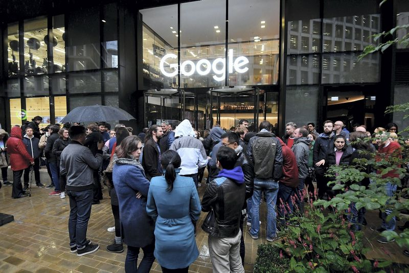 """Darbuotojai šalia """"Google"""" biuro Londone protesto akcijos metu. Toby Melville (""""Reuters"""" / """"Scanpix"""") nuotr."""