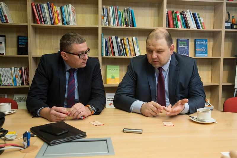 """Žilvinas Petrauskas, draudimo brokerių įmonės """"Aon Baltic"""" generalinis direktorius (kairėje), ir Robertas Šaltis, draudimo brokerių įmonės """"Balto Link"""" generalinis direktorius. Vladimiro Ivanovo (VŽ) nuotr."""