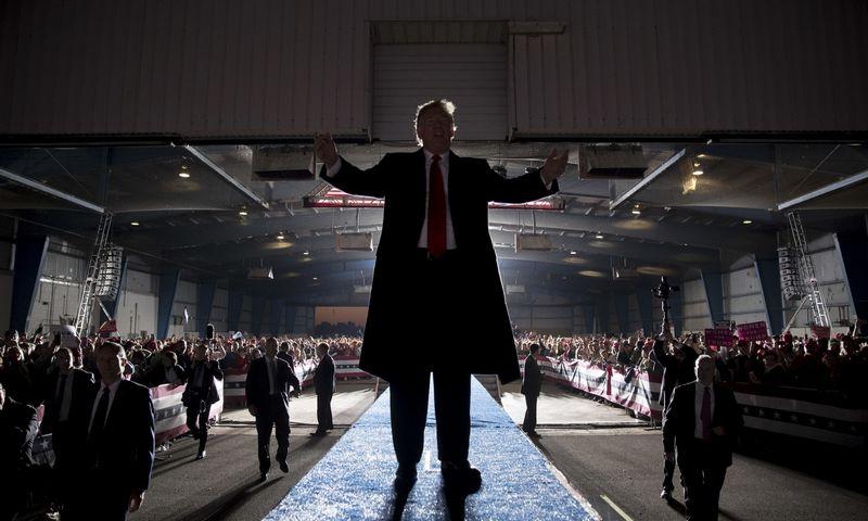 Iš esmės visi sutaria, kad 2018 m. kadencijos vidurio rinkimai yra referendumas dėl Donaldo Trumpo. AP nuotr.