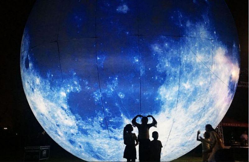 """Mėnulio instaliacija rudens festivalyje Kinijoje. """"Chine Nouvelle"""" / """"Sipa"""" / """"Scanpix"""" nuotr."""