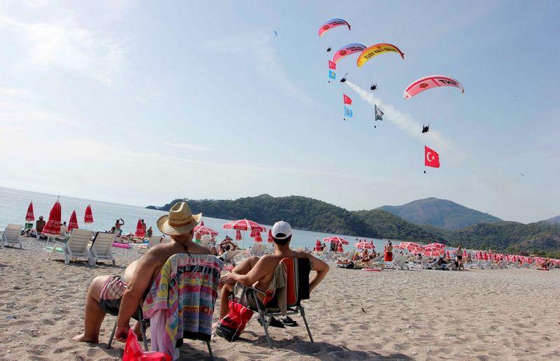 """Turistai paplūdimyje. Fetija. Turkija. KENAN GURBUZ (Reuters/""""Scanpix"""") nuotr."""