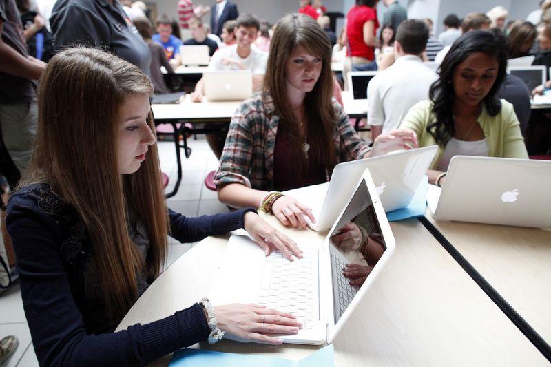 """Didžiosios JAV technologijų bendrovės deda dideles pastangas, kad kuo daugiau mergaičių susidomėtų IT mokslais. Tačiau to negana. Erico Thayero (""""Reuters"""" / """"Scanpix"""") nuotr."""