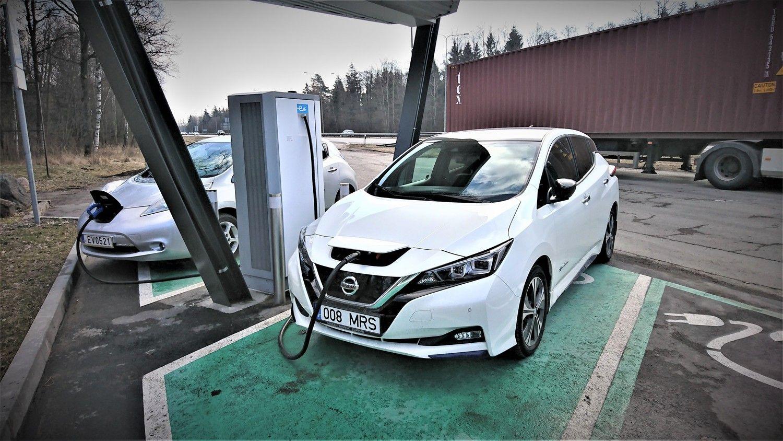 Lietuviai vis labiau simpatizuoja elektromobiliams ir hibridiniams automobiliams