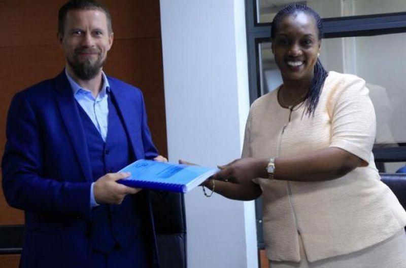 """Agnis Magelinskas, """"Sawmill East Africa"""" generalinis direktorius, pasikeičia dokumentais su Francine Tumushime, Ruandos žemės ir miškininkystės ministre. """"Minilaf.gov.rw"""" nuotr."""