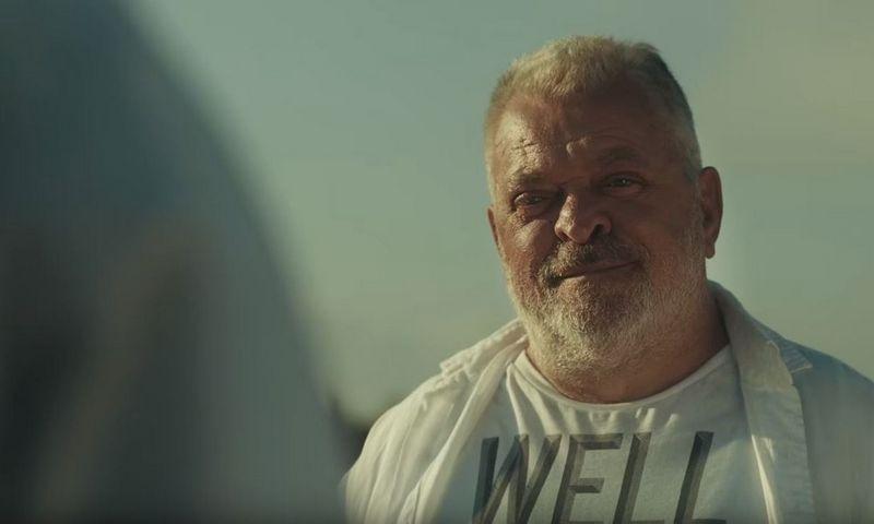 """Aktorius Arūnas Storpirštis per savo karjerą suvaidino daugiau kaip 30 kino filmų. Stopkadras iš kino filmo """"Dėdė, Rokas ir Nida"""" (2015 m.)."""