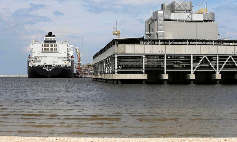"""SKGD dujovežis """"Clean Ocean"""" prie Lenkijos Lecho Kaczynskio SkGD importo terminalo Svinouiscyje. Cezary Aszkielowicziaus (""""Agencja Gazeta"""" / """"Reuters"""" / """"Scanpix"""") nuotr."""