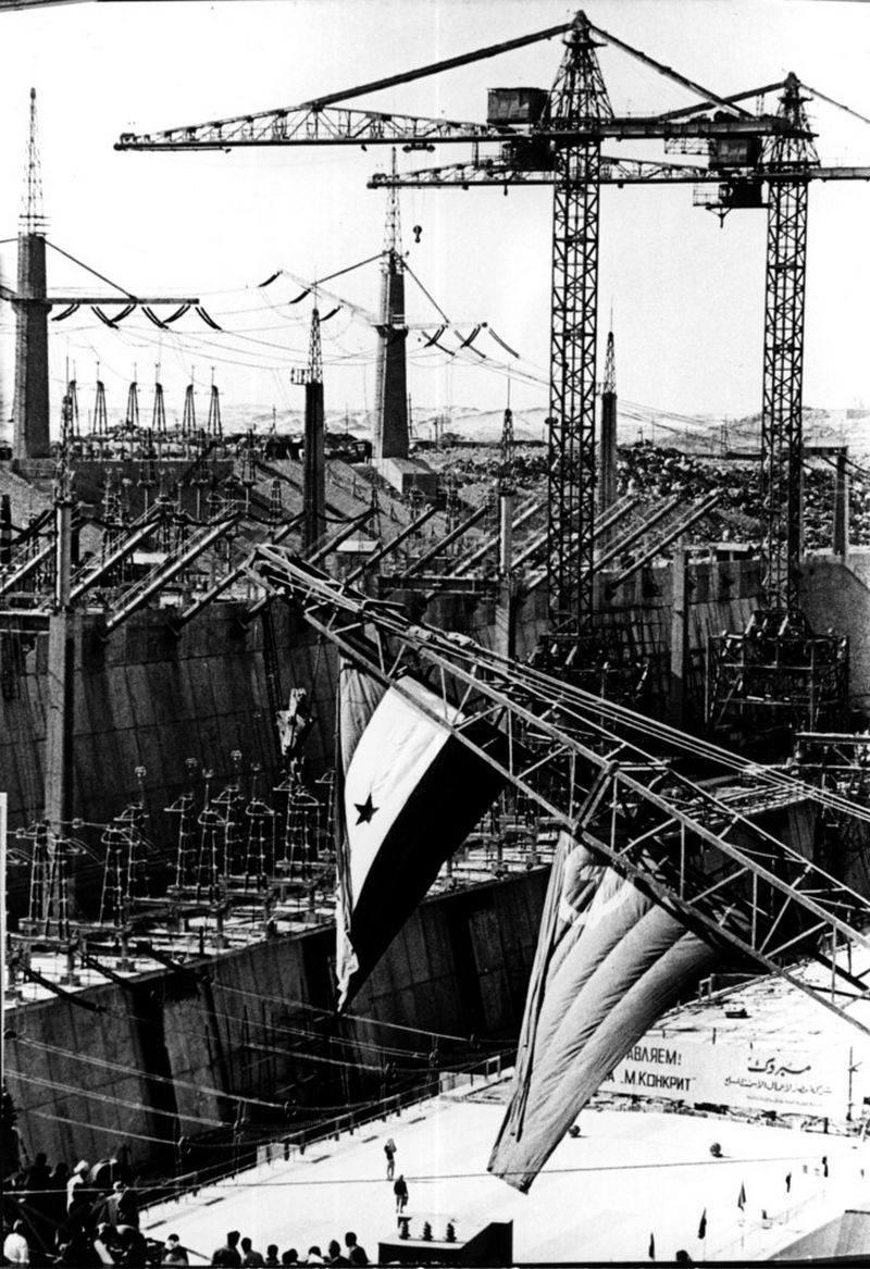 """Sovietų ir Egipto draugystės viršūnė – Asuano elektrinės statybos. """"akg images"""" nuotr."""