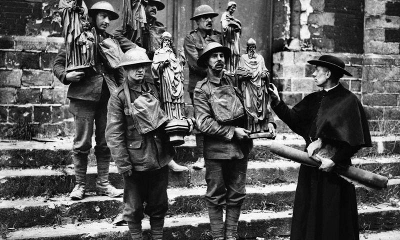 """Pirmasis pasaulinis karas. Britų kariai išneša šventųjų statulas iš suniokotos bažnyčios Prancūzijoje. """"Scanpix"""" nuotr."""