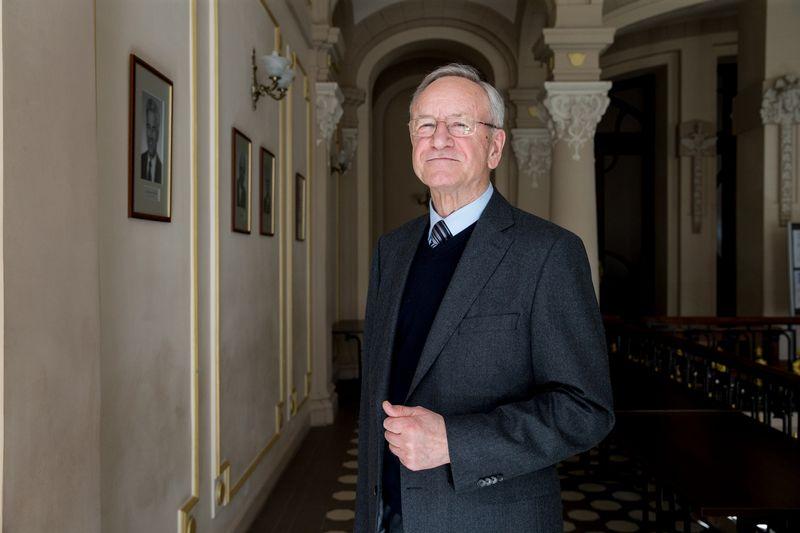 """""""Kai rašiau disertaciją, ultratrumpųjų impulsų lazeriai buvo tarptautinė mokslo tendencija. Galima sakyti, kad atvežiau šį užkratą į Lietuvą"""", – sako prof. Algis Piskarskas. Juditos Grigelytės (VŽ) nuotr."""