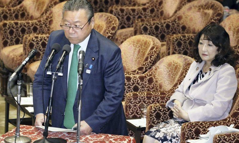 "Japonijos kibernetinio saugumo ministras Yoshitaka Sakurada. ""Reuters"" / ""Scanpix"" nuotr."