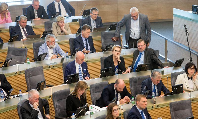 Seimo valdantieji susitelkė ir gebėjo surinkti minimalų kvorumą, kad patvirtintų valstybės dotaciją socialdarbiečiams nuo kitų metų. Juditos Grigelytės (VŽ) nuotr.