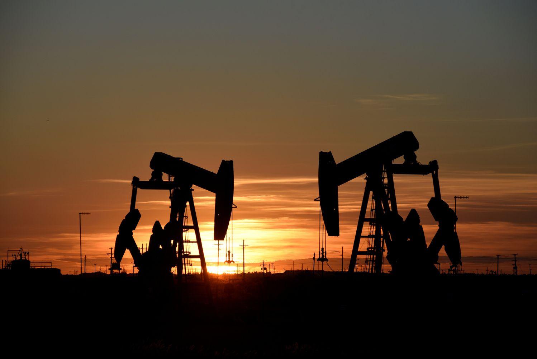 Laukiama pertekliaus banga verčia perkainoti naftą